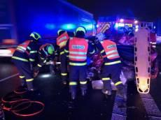 Na dálnici D1 couval, po srážce s dalším autem ho museli vyprostit hasiči