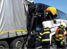 Autobus plný dětí narazil do kamionu, záchranáři ošetřili 18 zraněných