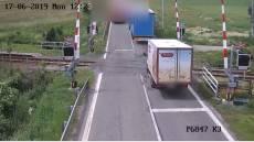 VIDEO: Řidič kamionu hazardoval na přejezdu, od nehody ujel