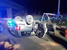 VIDEO: Opilý recidivista málem srazil policistu. Při honičce auto převrátil na střechu