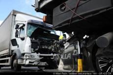VIDEO: Dva náklaďáky mezi sebou slisovaly osobní vůz